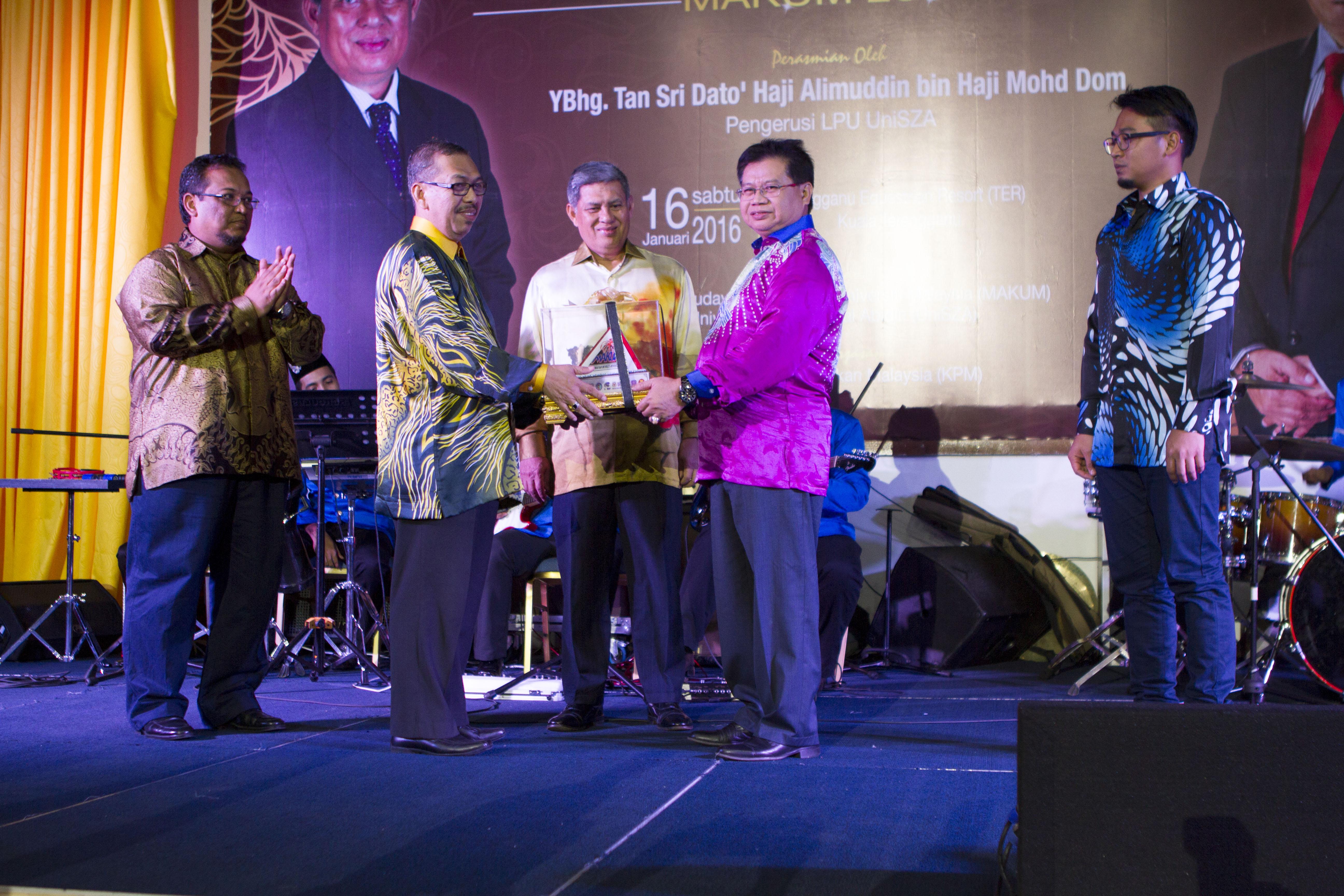 Kelab Destar Limar dan Nur Izzati Terima Anugerah Seni (MAKUM) 2013/201