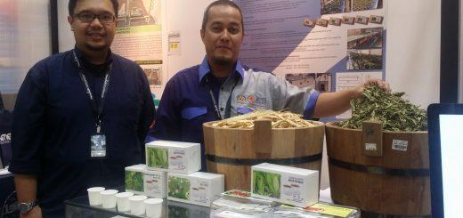 Pix 2- Dr Mohd Azlan (kanan) bersama