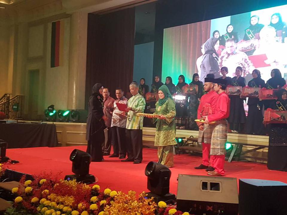 Datin Wan Nurul Hidayu terima Anugerah Tun Fatimah